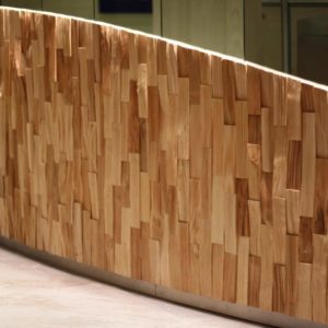 Dizajnová drevená recepcia